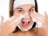 Az arctisztítás elengedhetetlen lépés a bőr ápolásában