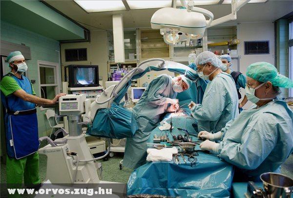 Fúziós gerincmûtétet végez Agócs Miklós ortopédsebész (b2) Tóth István idegsebész (j2) aszisztálásával az Országos Gerincgyógyászati Központban
